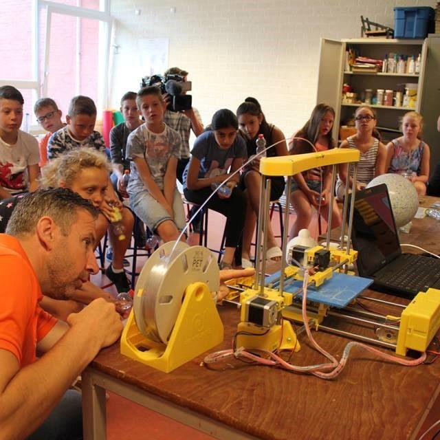 Tilburgse Basisscholieren maken hanglamp van eigen 100% gerecyclede petflesjes